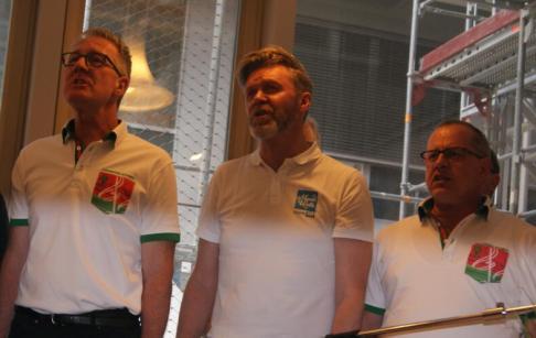 ... den Auftritt eines Ad-hoc-Männerchors, in dem auch Sänger Bernhard Siegmann (Mitte) mit vollem Einsatz dabei ist.