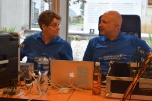 Helen Moshfegh und Marcel Meier nützen eine ruhige Sendephase zum Plaudern.