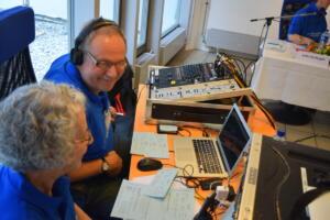 Zurück in die Live-Sendung: Volle Konzentration bei Brigitte Schwarz und René Sigg an der Technik.