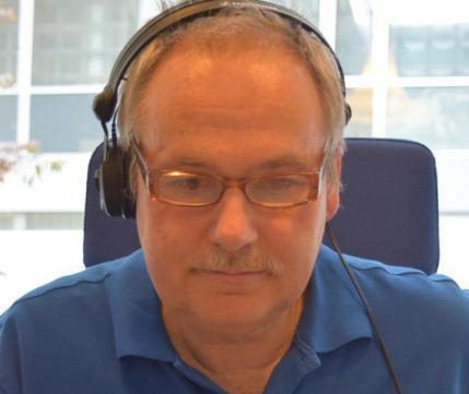 René Sigg sorgt konzentriert dafür, dass das Gespräch in guter Qualität zu den Patienten kommt.