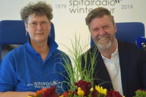 Schliesslich läuft der Höhepunkt der Jubiläumssendung, das Wunschkonzert für die Patienten, präsentiert von Bernhard Siegmann, Leiter SRF Musikwelle, und Anita Nydegger.