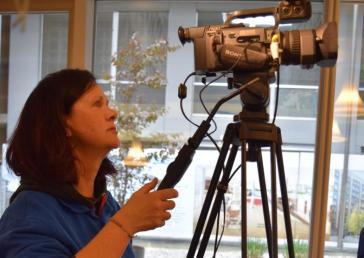Live dabei auch im Krankenbett: Wer nicht in die Cafeteria kommen kann, bekommt die Live-Übertragung der Sondersendung ins Zimmer geliefert. Fürs gute Bild sorgt hier Angela Saner.